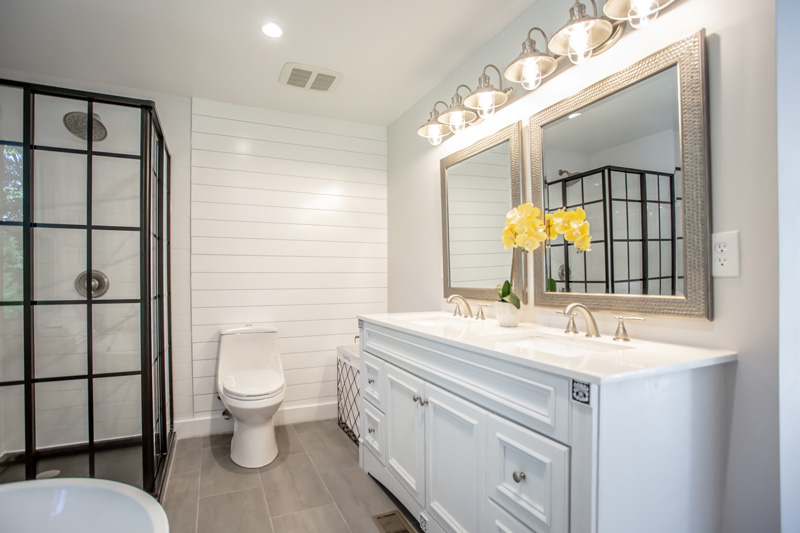 Real Estate Photography, white bathroom